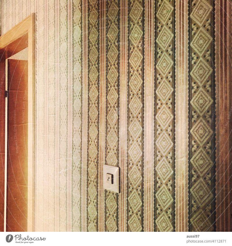 Szenen des Wohnens 4 wohnen leben Läufer Häusliches Leben Menschenleer Haus Einsamkeit Einrichtung Tapete Lichtschalter Türöffner gestreift Türrahmen türzarge