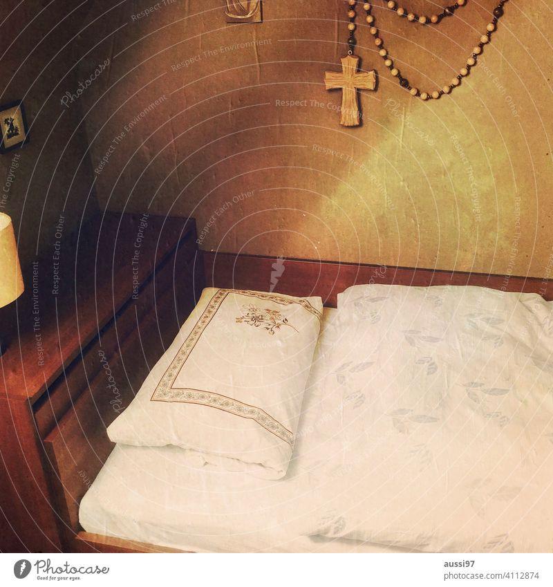 Szenen des Wohnens 5 wohnen leben Häusliches Leben Menschenleer Haus Einsamkeit Einrichtung Bett Kissen Schlafzimmer Farbfoto Innenaufnahme Bettdecke Bettwäsche