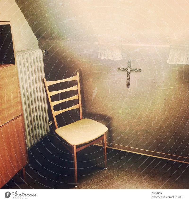 Szenen des Wohnens 11 wohnen leben Häusliches Leben Menschenleer Haus Einsamkeit Einrichtung Bett Kissen Schlafzimmer Farbfoto Innenaufnahme vertäfelung orange