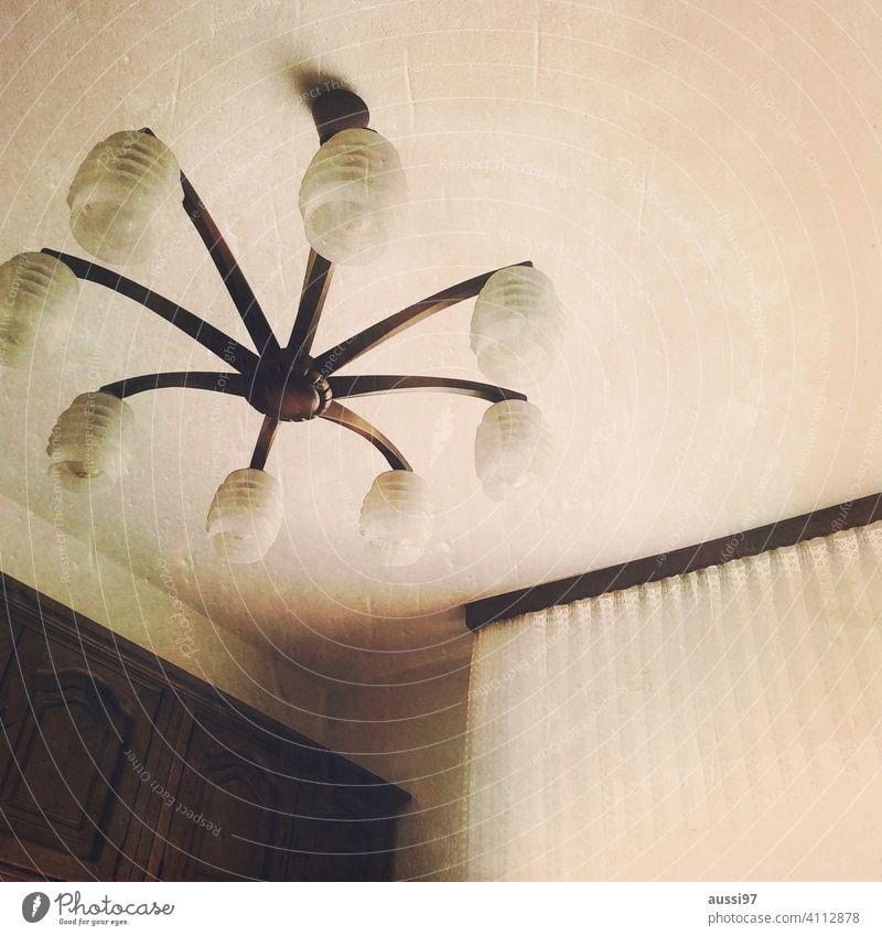 Szenen des Wohnens 9 wohnen leben Eichenmöbel Häusliches Leben Menschenleer Haus Einsamkeit Einrichtung Lampe Innenaufnahme Wand Lampenschirm Licht 60s 70s