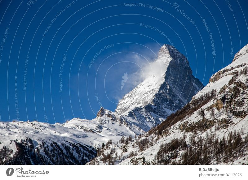 Das Matterhorn erhebt sich über Zermatt.  Mit 4478m einer der höchsten Berge in den Alpen und wegen seiner markanten Gestalt einer der bekanntesten Berge der Welt.