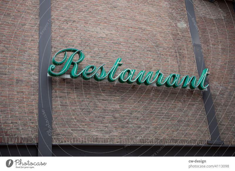 Leuchtreklame von einem Restaurant Leuchtstoffröhre Werbung Schriftzeichen Buchstaben leuchten Beleuchtung neonfarbig Neonlicht Lampe werben Werbebranche