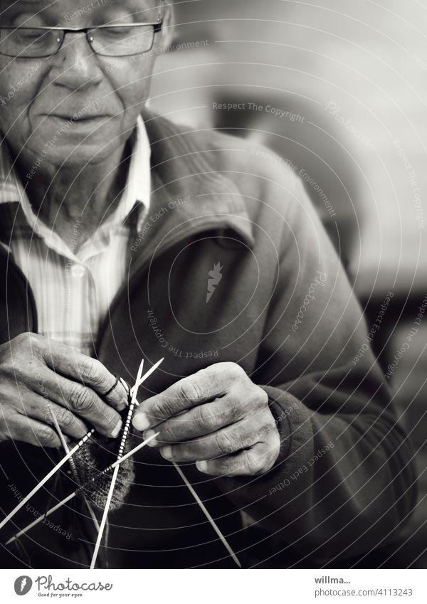 erwin liebte stricken und häkeln, da half dem elslein kein strecken und räkeln ,-) Handarbeit Mann Senior Freizeit & Hobby Wolle Stricknadeln Brillenträger