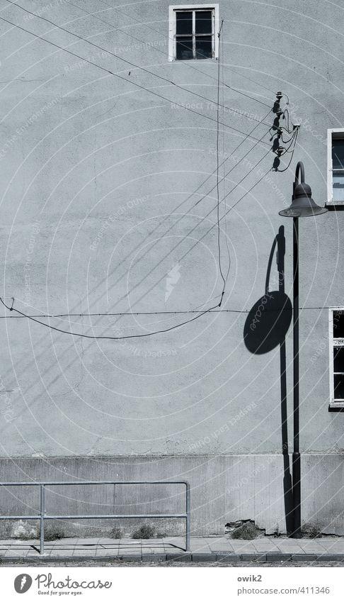 Zahna Energiewirtschaft Straßenbeleuchtung Laternenpfahl Geländer Kabel diagonal Haus Gebäude Architektur Mauer Wand Fassade Fenster alt dünn einfach trist blau