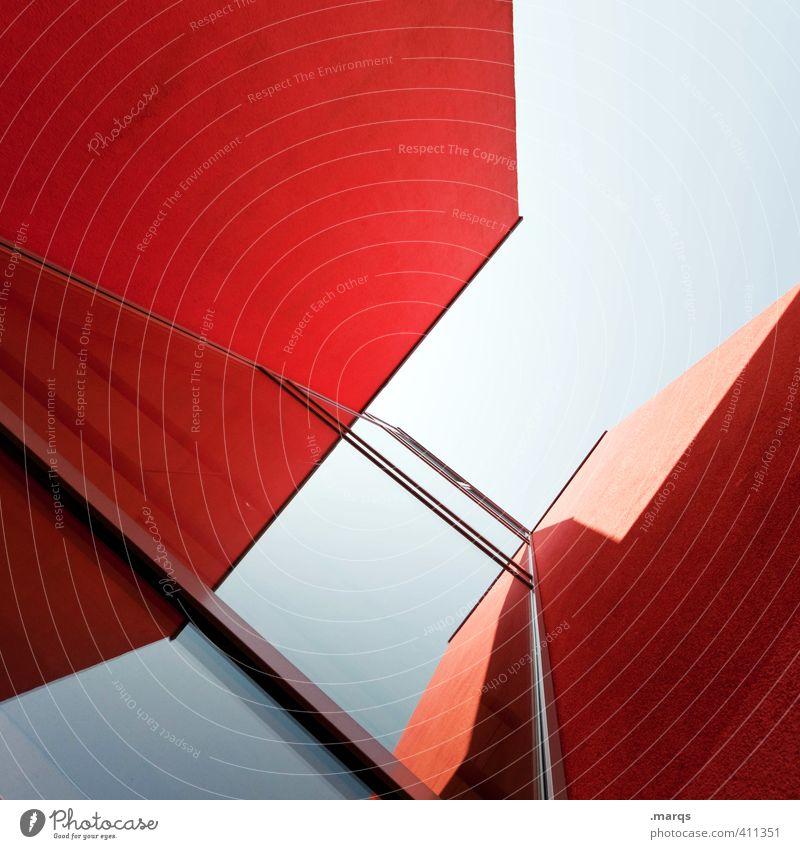 Fassade Lifestyle elegant Stil Design Wolkenloser Himmel Haus Bauwerk Gebäude Architektur Beton Glas eckig trendy hoch modern verrückt blau rot Farbe