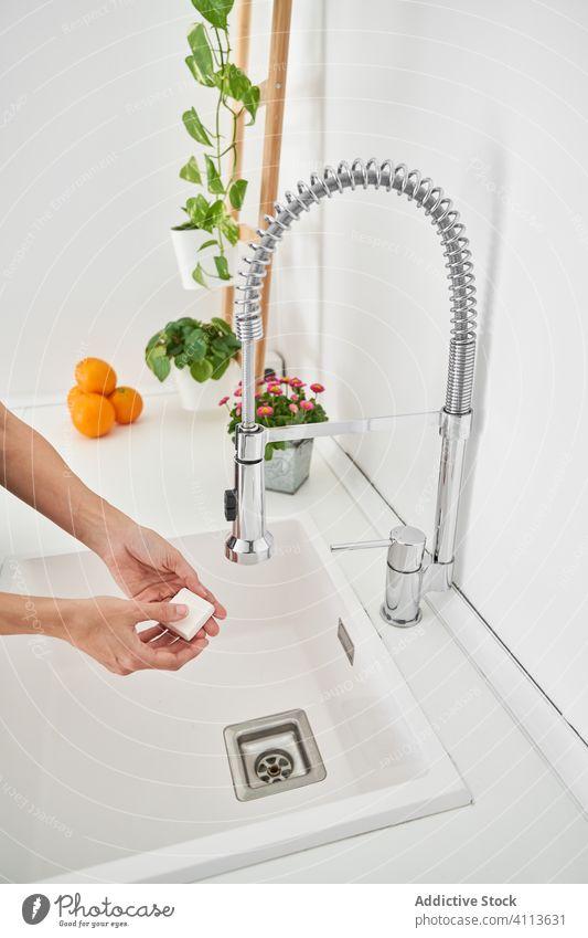 Frau wäscht ihre Hände am Spülbecken, um eine mögliche Infektion zu vermeiden Sauberkeit Waschbecken Lifestyle Hygiene heimwärts Personal im Innenbereich