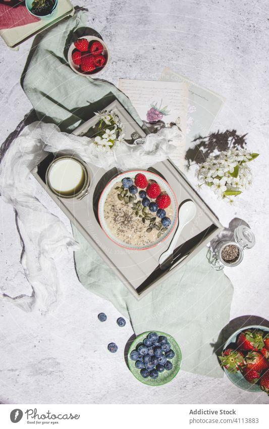 Gesundes Frühstück mit Porridge und Beeren Haferbrei Gesundheit Tablett Morgen Lebensmittel dienen frisch natürlich Blaubeeren Himbeeren Erdbeeren Haferflocken