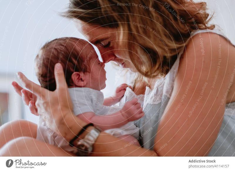 Glückliche Mutter hält Neugeborenes Kind neugeboren Frau Baby Pflege Zusammensein Liebe Mutterschaft Lächeln Eltern bezaubernd Kindheit unschuldig Säugling
