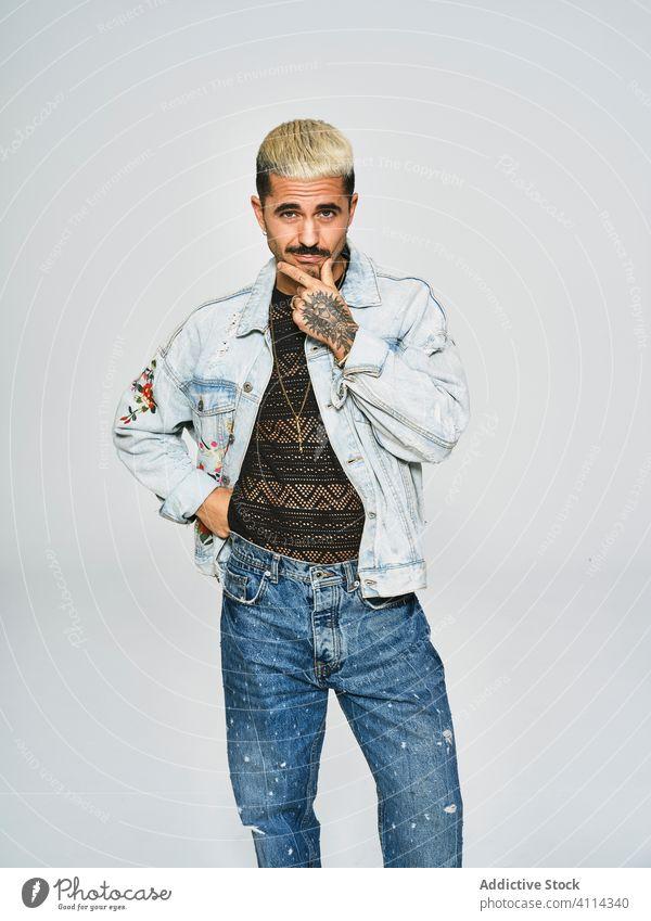 Stilvoller Grimassen schneidender Mann in Jeans-Outfit trendy unabhängig Jeansstoff cool expressiv modern Hipster jung ethnisch männlich Jacke Schnurrbart