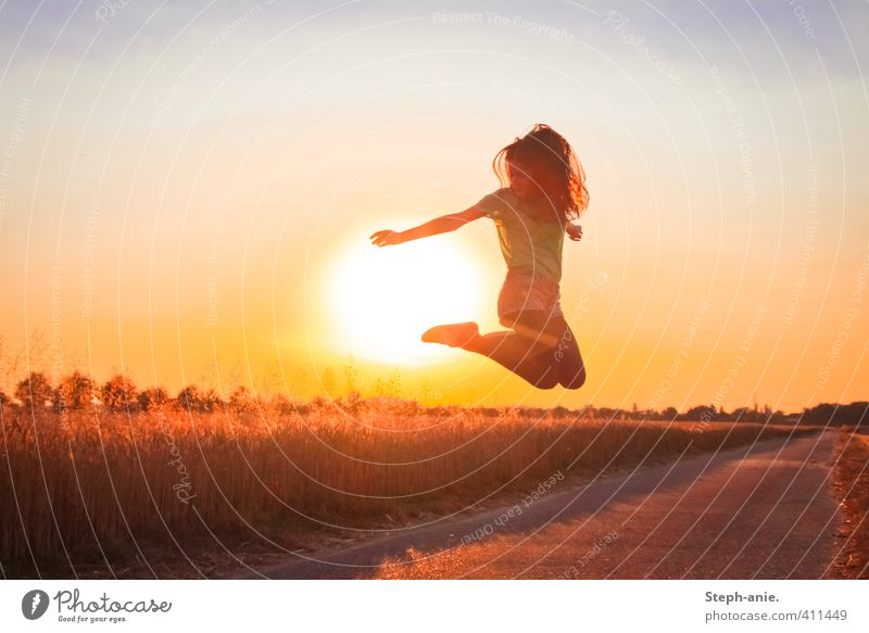 Sunset jumper feminin Junge Frau Jugendliche 1 Mensch Himmel Sonne Sonnenaufgang Sonnenuntergang Sonnenlicht Sommer Schönes Wetter Feld Bewegung springen