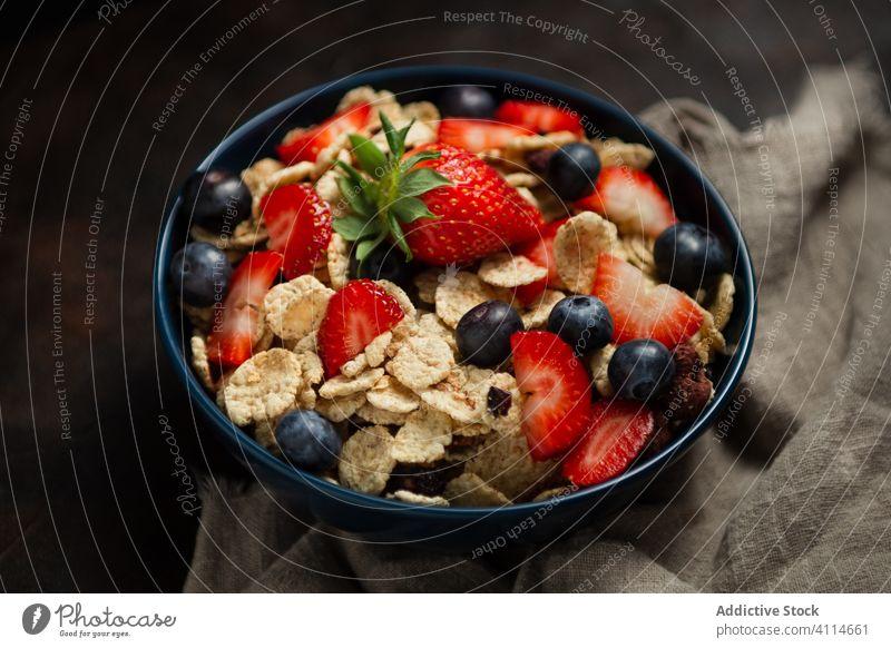 Frische Cornflakes mit Erdbeeren und Blaubeeren auf dem Holztisch Frühstück Müsli lecker Tisch frisch Schalen & Schüsseln organisch Gesundheit Ernährung Beeren