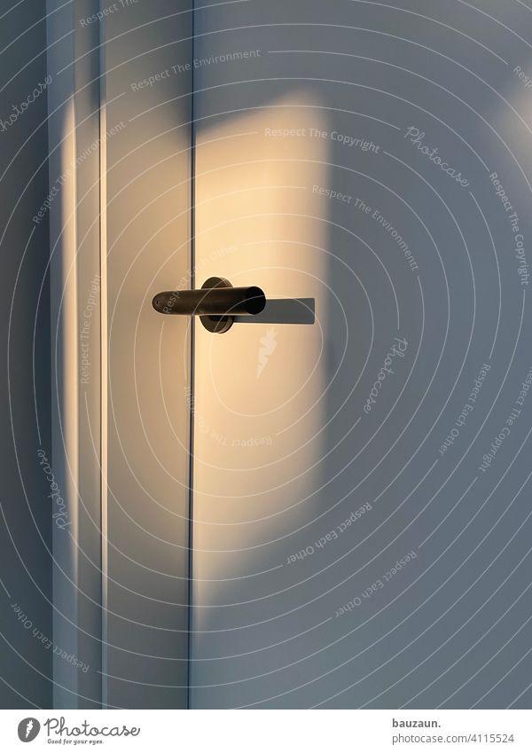 türgriff. Tür Türgriff türklinke weiß Licht Schatten Lichtspiel Abendsonne Eingang Griff Holztür Menschenleer Schloss Strukturen & Formen Detailaufnahme