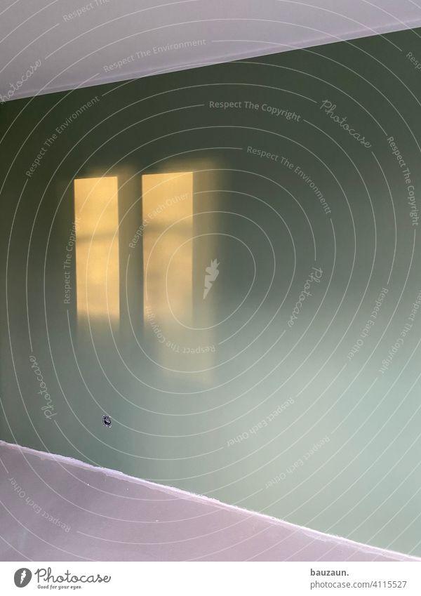 grünes fenster. Raum Wand Licht Haus Fenster Mauer Innenaufnahme Menschenleer Innenarchitektur Farbfoto Tag Häusliches Leben Renovieren Wohnung