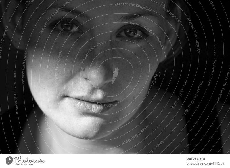 Licht und Schatten Mensch Frau Jugendliche 18-30 Jahre dunkel Erwachsene Gesicht Gefühle feminin Stimmung hell träumen authentisch Lächeln Hoffnung Sehnsucht
