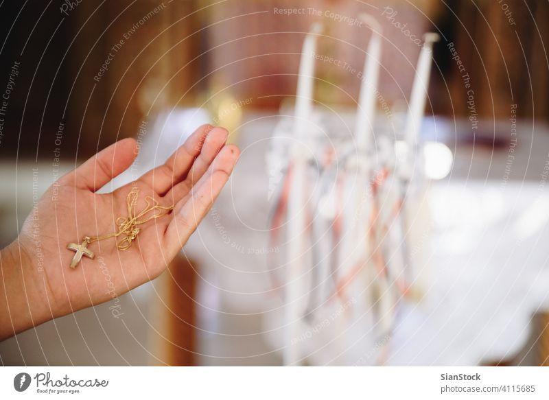 Goldenes Kreuz auf der Hand der Frau. schön durchkreuzen jung Mädchen Hintergrund golden Gott Liebe Frauen Religion Kirche Glaube heilig christian Christentum