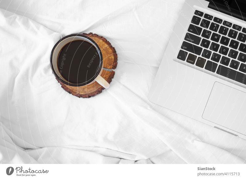 Kaffee im Bett, Ansicht von oben, weiß Tasse Schatten Laptop Morgen Hotel Decke Hintergrund heimwärts Haus Raum Appartement Wandelhalle Licht schön vereinzelt