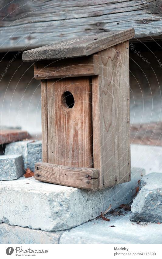 Selbstgebauer Nistkasten oder Starenkasten mit genormtem Flugloch aus schönem Holz auf einem alten Bauernhof in Rudersau bei Rottenbuch im Kreis Weilheim-Schongau im Allgäu in Oberbayern