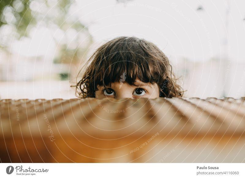 Close up Kind Augen peeking schauen Sie Neugier verborgen Körperteil Kindheit schön Farbfoto niedlich Mensch Gesicht Blick Porträt Blick in die Kamera