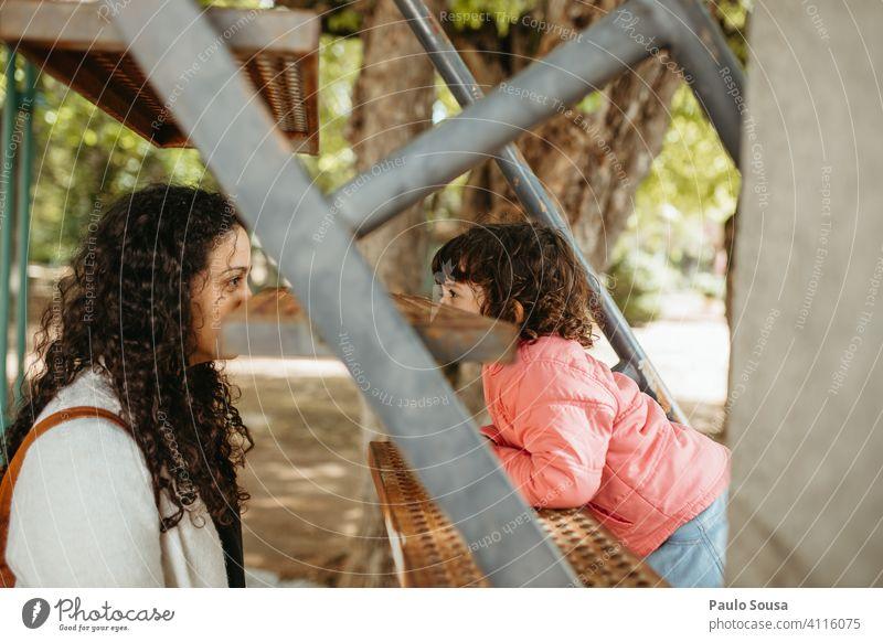 Kind schaut zur Mutter Mädchen Frau echte Menschen 1-3 Jahre 30-45 Jahre Kaukasier Mutter mit Kind Augenkontakt Kindheit Erwachsene Familie & Verwandtschaft