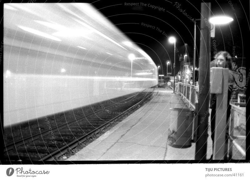 Zug Bahnsteig Eisenbahn Geschwindigkeit Langzeitbelichtung Schwarzweißfoto zu verpasst
