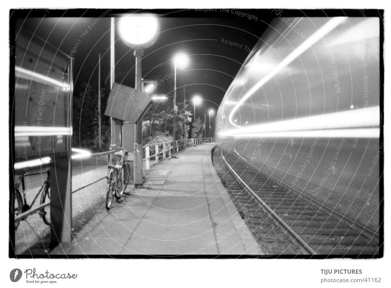 Zug Schnell Langzeitbelichtung Eisenbahn Bahnsteig Geschwindigkeit Schwarzweißfoto