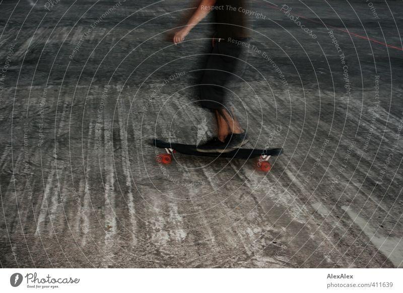 passagier Sport Fitness Sport-Training Sportler Skateboard Skateboarding Skateboardkleidung Betonboden Junger Mann Jugendliche Arme Beine 18-30 Jahre Erwachsene