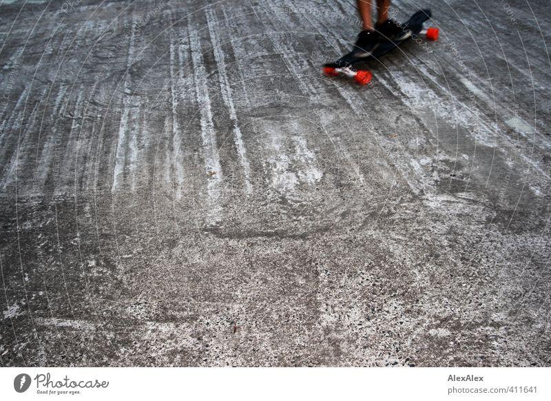 in Fahrt Sport Sportler Skateboard Skateboarding Betonboden Fuß 1 Mensch 18-30 Jahre Jugendliche Erwachsene Schuhe Holz fahren genießen lernen Spielen sportlich