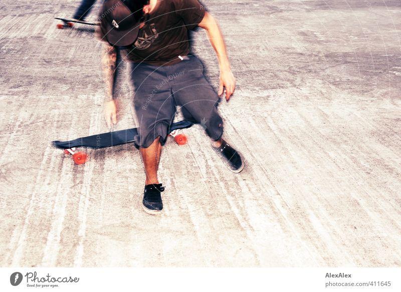 Absprung Jugendliche Freude Erwachsene Junger Mann 18-30 Jahre Sport Bewegung Beine springen Kraft Arme Schuhe frei Geschwindigkeit Coolness Tattoo