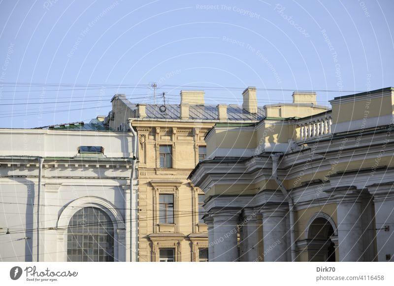 Fassadendetails von Häusern am Newski Prospekt, St. Petersburg, im Vordergrund Gostiny Dwor Stadt Stadtzentrum Newski-Prospekt Kaufhaus historisch