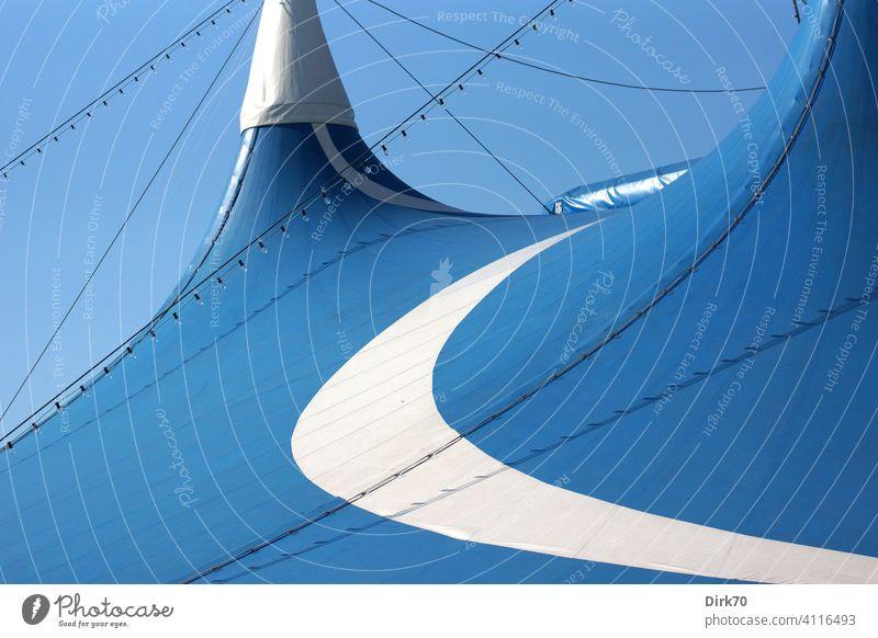 Zirkuszelt, Detailaufnahme - Abspannung, Lichterketten, Streifen blau und weiß vor blauem Himmel Wolkenloser Himmel Zelt Menschenleer Farbfoto Außenaufnahme