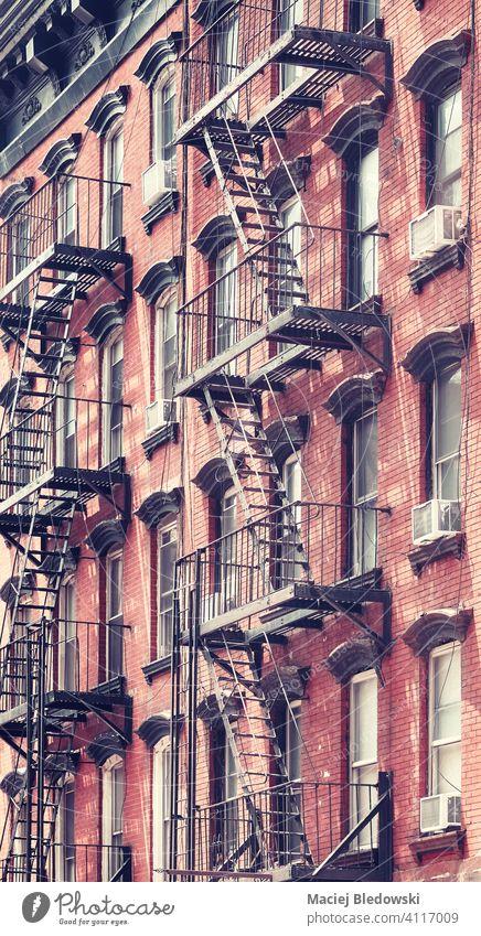 New Yorker Altbau mit Feuertreppe, Farbtonung aufgetragen, USA. New York State Großstadt Gebäude Manhattan alt retro altehrwürdig Stadthaus Haus gefiltert neu