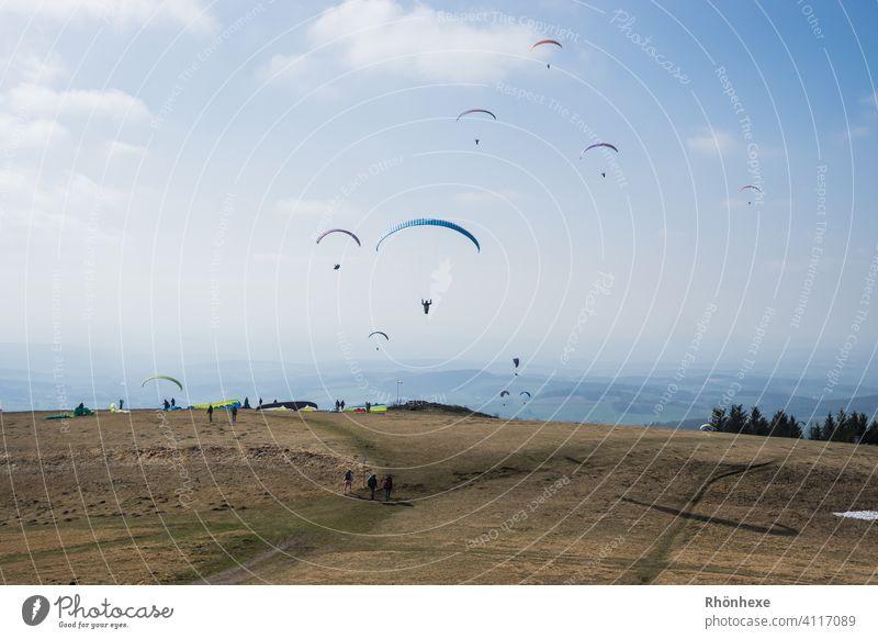 Ostersamstag bei den Gleitschirmfliegern auf der Wasserkuppe Gleitschirmfliegen Himmel Freiheit Freizeit & Hobby Außenaufnahme Sport Luftverkehr