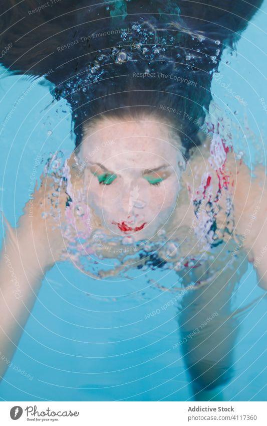 Nahaufnahme eines brünetten Mädchens mit langen Haaren auf einer Treppe im Schwimmbad Wasser Pool blau Freizeit Teenager jung Frau Person Sommer Spaß Menschen