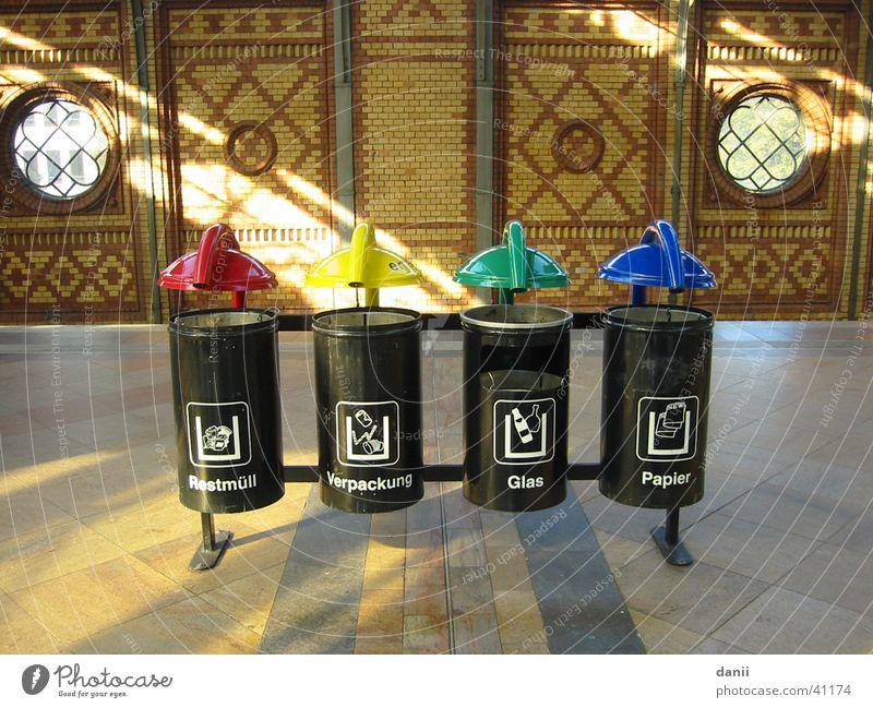 Mülleimer Sonnenstrahlen Müllbehälter mehrfarbig obskur Berlin Hackescher Markt