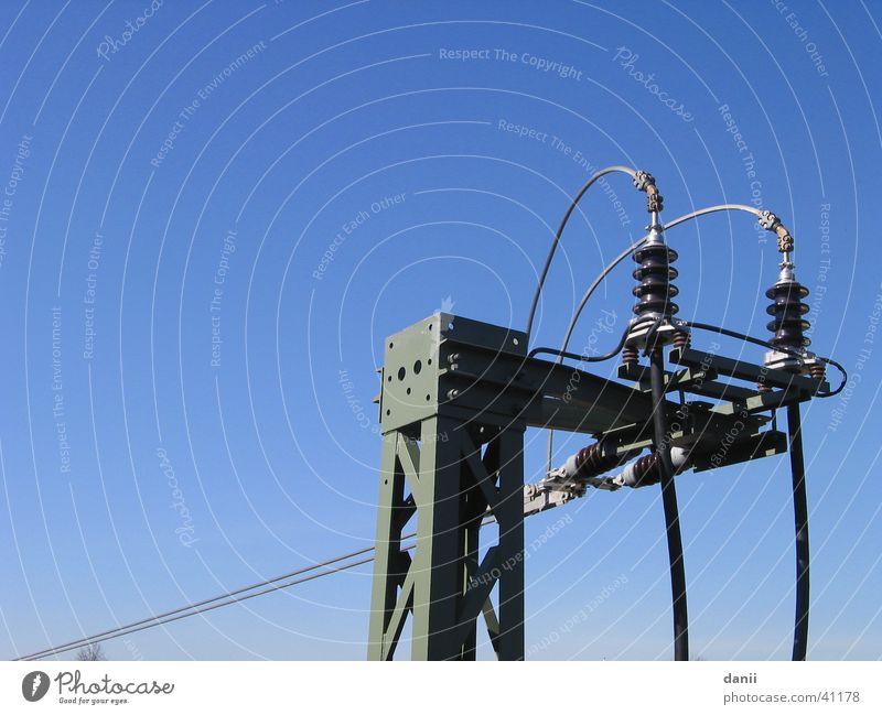 Hochspannung Elektrizität Eisen Isolatoren Industrie Eisenbahn Strommast Himmel blau