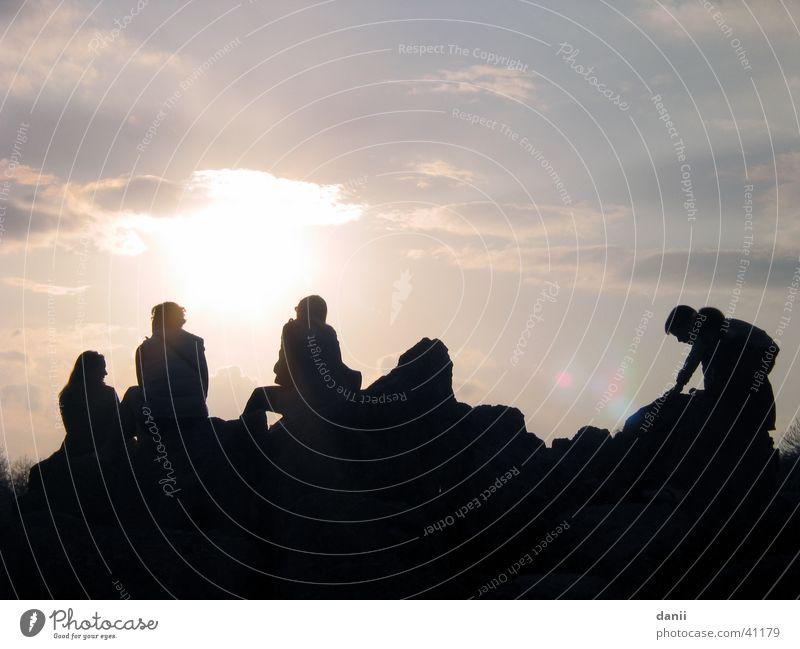 rumsitzen Mensch Sonne Wolken Menschengruppe Freundschaft Zusammensein sitzen schlechtes Wetter