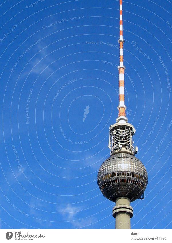 langer lulatsch Alexanderplatz Architektur Berlin Berliner Fernsehturm blau Himmel