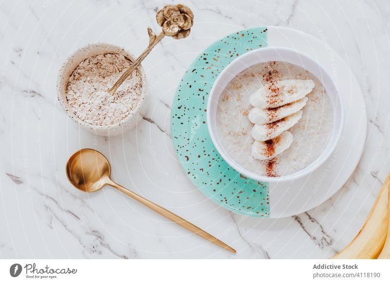 Haferflockenbrei mit Banane und Zimt Haferbrei Frühstück Gesundheit Tisch Löffel Murmel Schalen & Schüsseln Teller frisch lecker Frucht Mahlzeit Ernährung süß