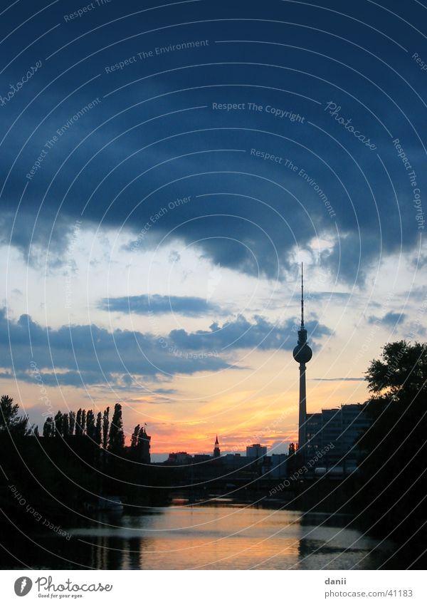 in berlin Wasser Himmel blau rot Wolken Berlin Landschaft Architektur Fluss Berliner Fernsehturm Spree