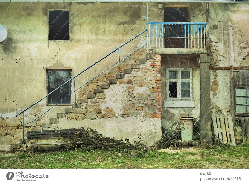 Sanierungsfall Fassade Wand Mauer Gebäude Haus Tür Treppe Treppengeländer Stein trashig Vorsicht gewagt Farbfoto Gedeckte Farben unvollendet Baustelle