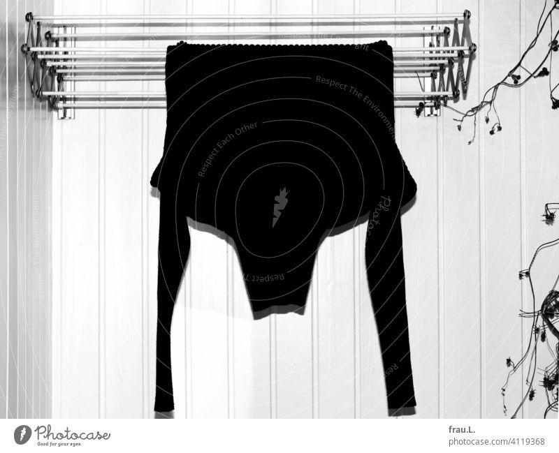 Auch ein schwarzer Pullover braucht ab und an frische Luft. Wollpullover Wäschetrockner Winter Bekleidung Wolle Pflanze Wand Mode Balkon Damenpullover geblitzt
