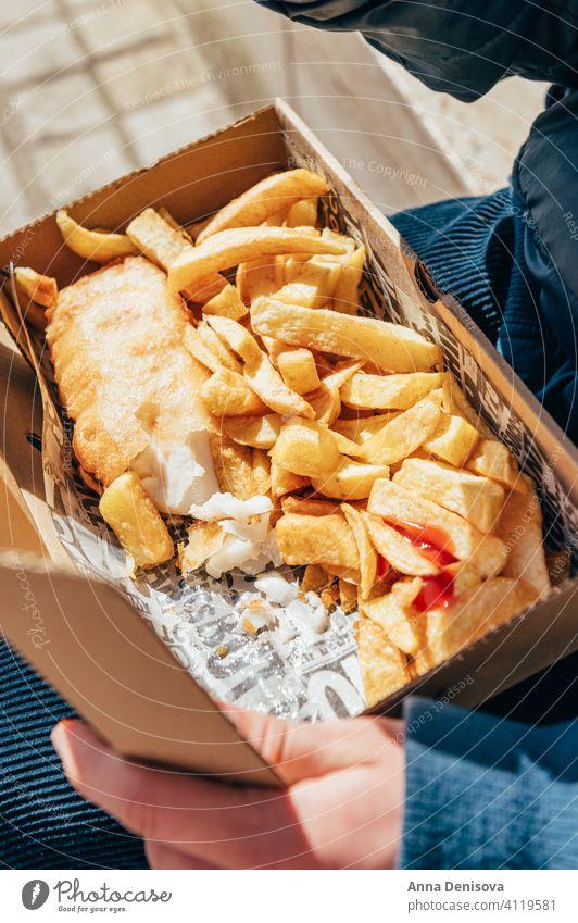 Fisch und Pommes Frites mit Erbsen Fish und Chips Saucen wegnehmen Lebensmittel Englisch Knusprig Filet Abendessen Briten gebraten Straßenessen außerhalb COVID