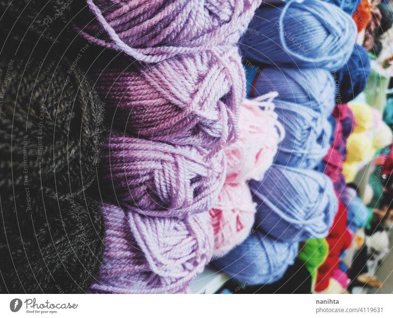 Hintergrund voll mit Wollknäueln Wolle Wollstoff stricken Textil Textur Farbe farbenfroh warm Winter diy häkeln schließen abschließen Ball Laden