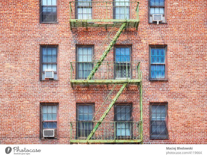 Altes Backsteingebäude mit grüner Feuerleiter, New York City, USA. New York State Großstadt Gebäude Manhattan alt Feuertreppe Stadthaus Haus neu Architektur