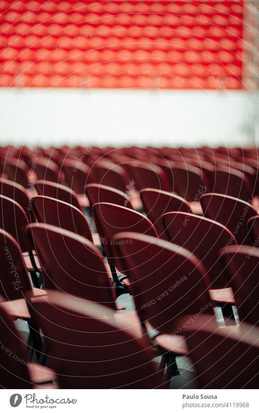 Leere Plätze in der Veranstaltung Sitz Sitzgelegenheit Stuhl Konzert leer Einschränkung begrenzen viele Stuhlreihe Bestuhlung Stühle Reihe Platz Publikum