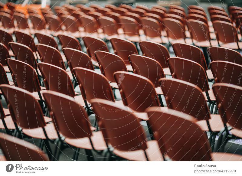 Leere Plätze in der Veranstaltung Sitzgelegenheit Publikum Konzert niemand viele frei Menschenleer Platz Bestuhlung Muster Strukturen & Formen Stuhlreihe