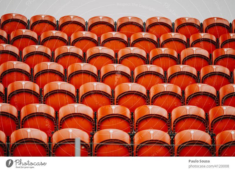 Leere Plätze in der Veranstaltung leer Leerraum Sitzgelegenheit Stuhl Konzert Stadion Publikum Coronavirus sars-cov-2 covid-19 Einschränkung Reihe Platz