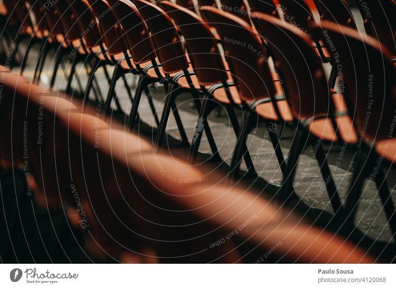 Leere Plätze in der Veranstaltung leer Sitzgelegenheit Konzert Sitzreihe Publikum Stuhl frei Bestuhlung Platz Reihe Stuhlreihe Menschenleer Stühle Coronavirus