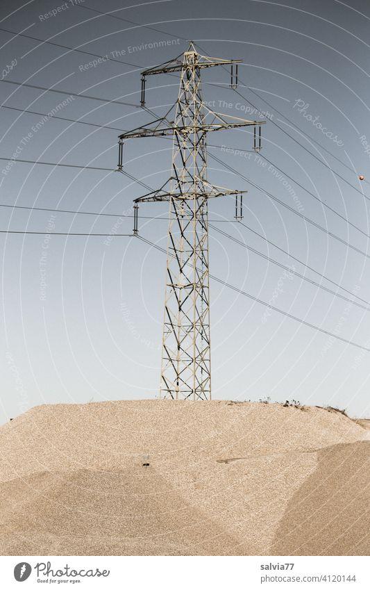 Starkstrommast steht auf einer Insel in der Kiesgrube Energiewirtschaft Kiesabbau Kieswerk Industrie Elektrizität Hochspannungsleitung Technik & Technologie