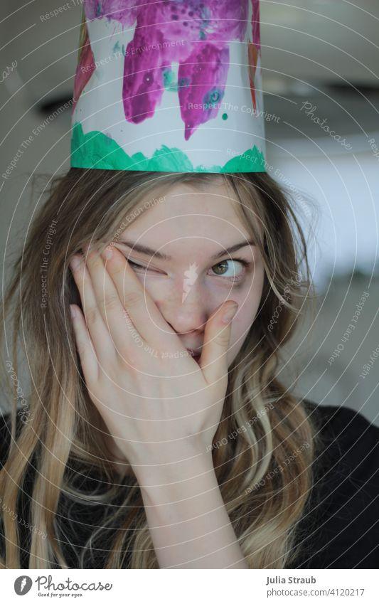 Katerstimmung am Tag nach der Party Teenager-Mädchen Partystimmung Geburtstag nachwehen müde natürlich Krone selbstgebastelt Feste & Feiern Ungeschminkt Hand